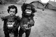 Mary Ellen Mark apes clown, inspiring people, mask, india, ellen mark, twins, mari ellen, circus, photographi