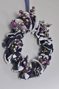 DIY Wreath: http://www.twigandthistle.com/blog/2011/01/diy-felt-flower-wreath/ #Christmas
