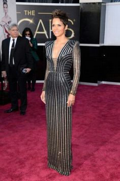 Halle Berry at Oscars 2013 in Versace!