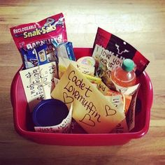 This gift basket idea is full of puns and lots of yummy snacks! #giftbasket #puns #foodpuns