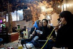 Des jeunes femmes fument la chicha dans un coffee shop de Téhéran.