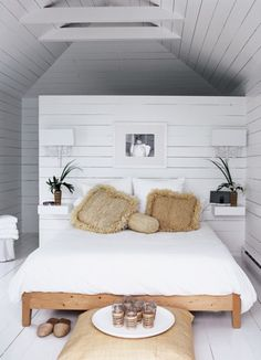 37 Wonderful Beach And Sea Inspired Bedroom Designs : 37 Beautiful Beach And Sea Inspired Bedroom Designs With White Black Wall Bed Pillow B...