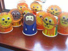 Lleons amb gots de plàstic/ the lions den craft project lion crafts preschool, daniel in the lions den craft, bible kids crafts, daniel lions den craft, craft projects, daniel and the lions den craft, lion den, bible crafts, daniel in the lion's den craft