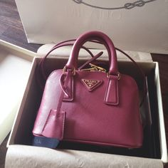 PRADA handbag luxury fashion accessories prada !!!  just need $220 !!!!!!   http://prada.de.vc