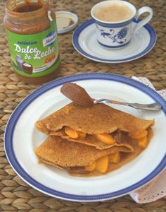 #Crepes de harina de espelta integral & leche de almendra, relleno con dulce de leche light y melocotón en almibar.