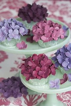 Hydrangea flowers made of icing. icing flowers, high tea, cupcake designs, wedding cupcakes, flower cupcakes, hydrangea cupcak, sugar flowers, hydrangeas, edible flowers