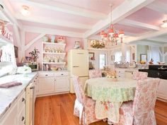 Kirstie Ali's maine home, Love the pink