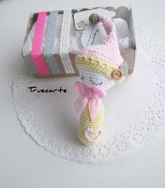 Sonajero Amigurumi Duendecilla Dormilona en amarillo y rosa