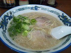 くるめインターの近く、ラーメン八。こってり豚骨スープに細麺です。