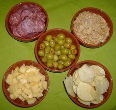 Tapas variadas. la aceituna(en el medio) es un aperitivo basico en la dieta mediterranea.