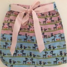 Let your little girl play pretend when they sport this adorable Little Lady Free Apron Pattern. This mini hostess apron idea is going to be her new favorite addition to her kitchen play area.