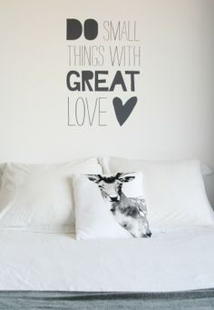 Muursticker `Do Small Things With Great Love`.  Vinyl sticker, in gesneden tekst. Plakt op een gladde ondergrond.    Kleur: Zwart  Formaat: 50 x 70 cm  EUR 42,-