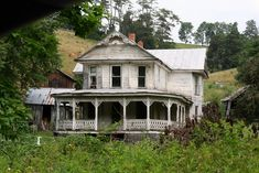 Beautiful old abandoned home- reminds me of the houses I'd see, staring out the window, on the many long drives around rural Oregon my family would take.