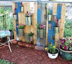 Cool DIY Vertical Pallet Garden | Shelterness