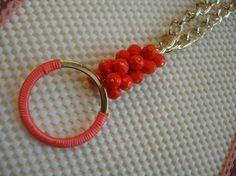 collar largo cadena dorada y coral