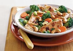 Flat Belly Diet Recipes: Chicken, Broccoli, and Cashew Stir-Fry