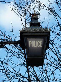 English: police station - Spanish: la comisaría