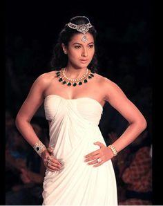 Gauhar Khan models #Jewellery by Ishita and Harshini Jethani https://www.facebook.com/harshini.jethani?fref=ts at #IIJW2014 Gown's by Prerana Nagpal