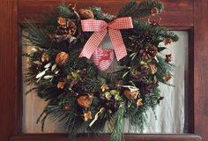 This Rustic Pine Tree Limb Wreath is such a cute DIY wreath!