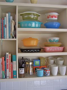 open shelves, kitchen decor, kitchen colors, vintage pyrex, vintag pyrex, vintage collections, pretti pyrex, open shelving, pyrex display