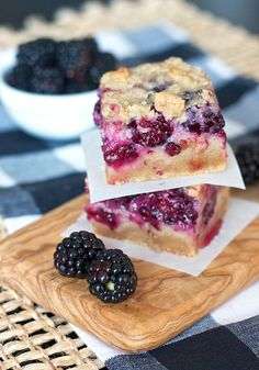 I have soooo many ripe blackberry now. blackberry pie bars, yum!