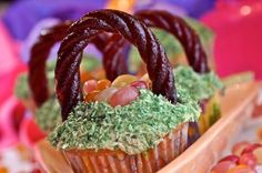 "Love the ""handle"" --> Gluten free & vegan Easter basket cupcakes!"