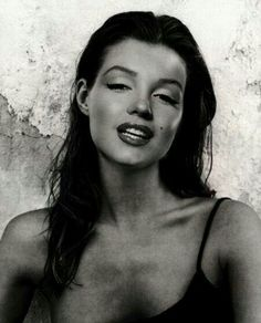 This is obviously photoshopped, because Marilyn was naturally a strawberry blonde, but she would've been gorgeous as a brunette. She was gorgeous in anything, though.