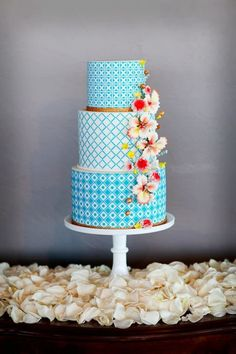 Turquoise and white wedding cake with gorgeous flowers in front #wedding #weddingcake #cake #turquoise #flowers