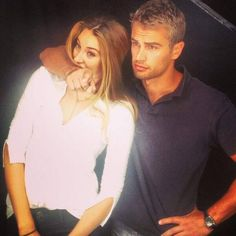 Shailene Woodley and Theo James posing for the camera at #SDCC. they look so cute together!! ^_^
