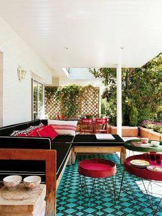Porche: sofá de teca, alfombra de nailon y comedor