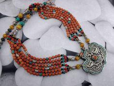 Collar etnico artesanal tibetano hecho de Coral, Turquesas y Ambar.  El colgante mide 4,3 cm. de alto y 5 cm. de ancho.  El collar mide 46 cm. de largo.   Precio: 87 Euros