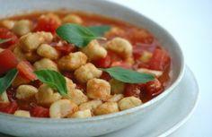 Nhoque de grão-de-bico com molho de tomate fresco