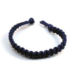Pulsera realizada con cordón de color azul vaquero de nudo plano. El cierre está hecho con el mismo cordón. Se puede realizar en cualquier color y medida. Perfecta para llevarla siempre sola, con otras pulseras de diferentes colores o junto al reloj. Para ellas y para ellos.