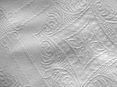 ASIS: Es un tejido puro de Lino de trama regular y muy gruesa. Se borda bien a punto de cruz: usar 4 hebras de hilo y tomar del tejido 4 hilos tanto a lo ancho como a lo largo, por cada puntada. Es ideal para realizar colchas, manteles, cojines y toldos.