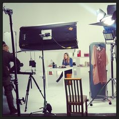 Kuvasimme tammikuussa tutoriaalivideoita! Kameran edessä taitava maskeeraja ja stylisti Laura-Melanie. #livbox #tutoriaalit #kuvaukset