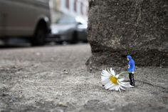 Some very interesting macro street shots. miniatures, street artists, little people, art sculptures, art installations, slinkachu, big city, photographi, streetart