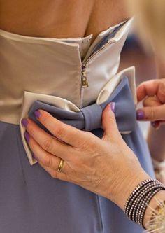 DICA PARA PROTEÇÃO DO ZIPER:     Veja que tem um tecido por dentro que ajusta o vestido. Por fora fica o ziper livre de acidentes... Amei!  (Louis Vuitton)