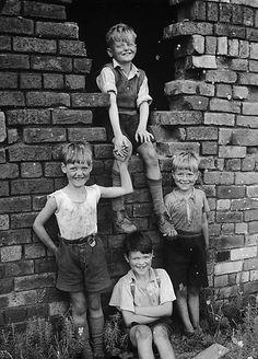 Children of Moss Valley, near Wrexham    Teitl Cymraeg/Welsh title: Plant o Ddyffryn Moss, ger Wrecsam  Ffotograffydd/Photographer: Geoff Charles (1909-2002)  Dyddiad/Date: August 25, 1953