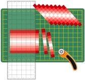 Patchwork: How to Do it Yourself. Tagliare strisce di tessuto cucite, riorganizzare in schemi e disegni con righello trasparente, taglierina lama rotante sul tappeto di taglio, per le arti, artigianato, cucito, quilt, applique, progetti fai da te. stock photography