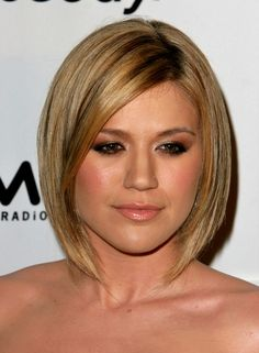 Kelly Clarkson with layered bob hair style