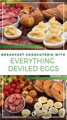 拿一个大拼盘,让全家人一起拼装这个五彩缤纷、美味可口的早餐板. 从水果、坚果到百吉饼,再到魔鬼蛋,排列一排你最喜欢的食物!