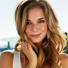 Light brown hair with highlights and natural waves #EmilyVanCamp