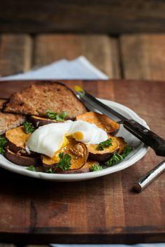 roasted garlic sweet potatoes w. a poached egg [naturally ella]