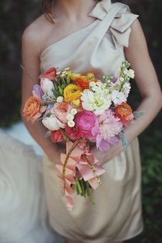 adore the pleated ribbon on these bouquets!