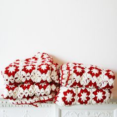 Pretty inspiration red and white crocheted goodness.  You can click the link to find more info but you won't get anywhere.  Sorry :(  It's just nice to look at.