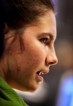 Amanda Knox Defendant Amanda Knox (R) looks on during a break in the Meredith Kercher trial on December 3, 2009 in Perugia, Italy. Amanda Kn...