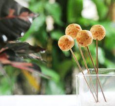 Uma receita simples e criativa de Mini Pães de Queijo no Palito. Aprenda a fazer: www.casadevalenti... #receita #recipes #food #casadevalentina