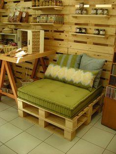 poltrona palete - Loja Duemondy 5 by Mariana Foltran, via Flickr seat, wood pallets, old pallets