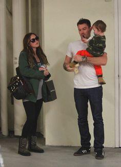 Megan Fox, en su séptimo mes de embarazo: 'Está siendo mucho más fácil que el primero'. En la imagen, con su marido, el actor Brian Austin Green, y su hijo, Noah
