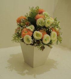 Vaso de mesa em MDF laqueado branco,flores em dois tons de cores branco e rosa bebê,musgos. Lindo para decora sua mesa de cabeceira ou de sua filhota! R$ 45,89